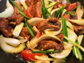 Sườn sốt hành tây đổi món cho bữa cơm gia đình